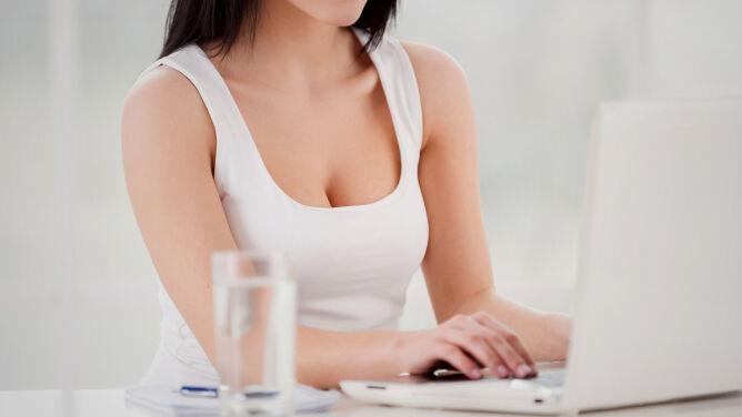 Jak ćwiczyć przy biurku? <br />Najlepsze sposoby na ból karku