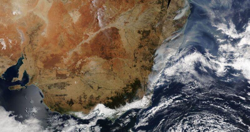 Zdjęcie satelitarne pożarów w Nowej Południowej Walii (worldview.earthdata.nasa.gov/)